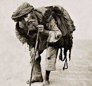 Ein gebeugter Bettler im Iran