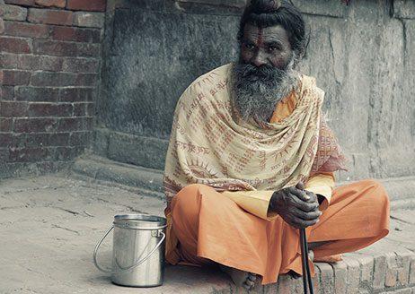 Ein hinduistischer Bettelmönch am Straßenrand
